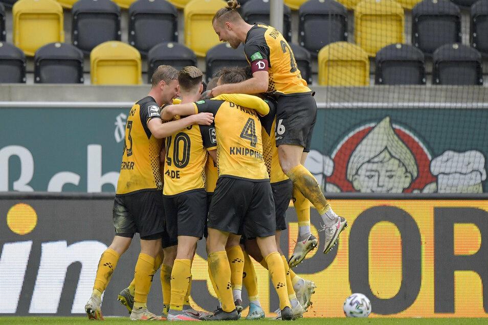 Die Schwarz-Gelben freuen sich über den klaren 3:0-Sieg gegen den SV Meppen. Es war die erhoffte Reaktion der Dresdner nach den Niederlagen gegen Zwickau und Ingolstadt.