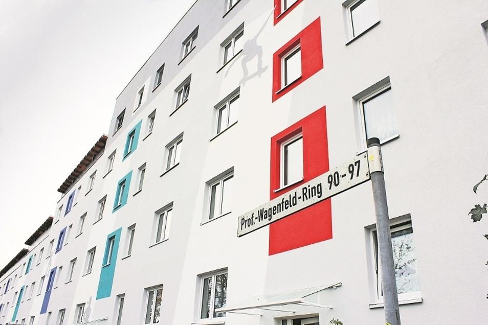 Neue Fassade am Prof.-Wagenfeld-Ring in Weißwasser. Das Wohngebiet samt Außenanlagen ist eben erst fertiggestellt. Weithin leuchtet die Farbgebung eines stufenförmig zurückgebauten Wohnblocks. 5,5 Millionen Euro ließ sich die WBG die Quartiergestaltung mi
