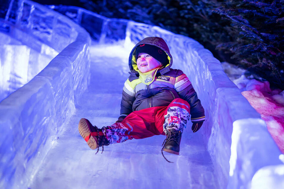 Auch eine Eisrutsche bietet die Eiswelt Dresden.