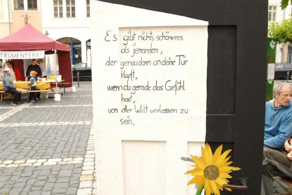 """...hieß """"Hoffnung an der Kirchentür"""" und wurde durch die zahlreichen am und um den Zittauer Markt verteilten, künstlerisch gestalteten Türen repräsentiert. Diese sind im Rahmen des gleichnamigen Schülerkunstprojekts der Schkola Oberland entstanden..."""