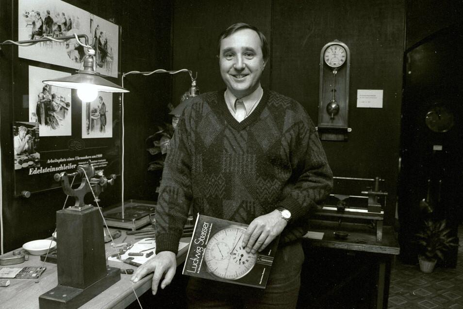 Der Ingenieur Reinhard Reichel übernimmt 1992 die Leitung des Uhrenmuseums. Vorgeschlagen wurde er von Adolf Görgl, der danach in den Ruhestand geht. Dieses Foto entstand 1996.