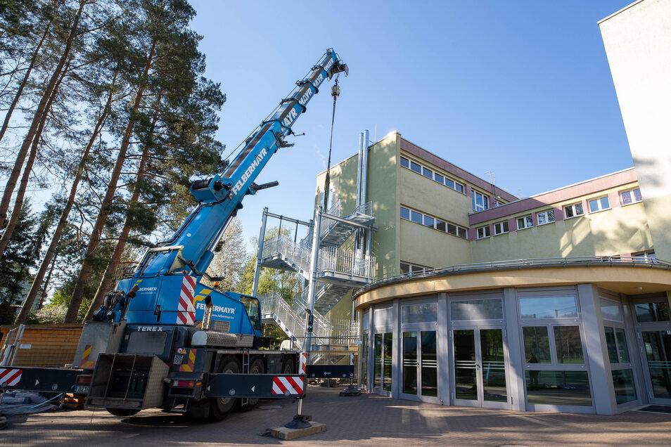 Eine dritte Fluchttreppe wird an die Hausmauer der Grundschule in Graupa angebaut.