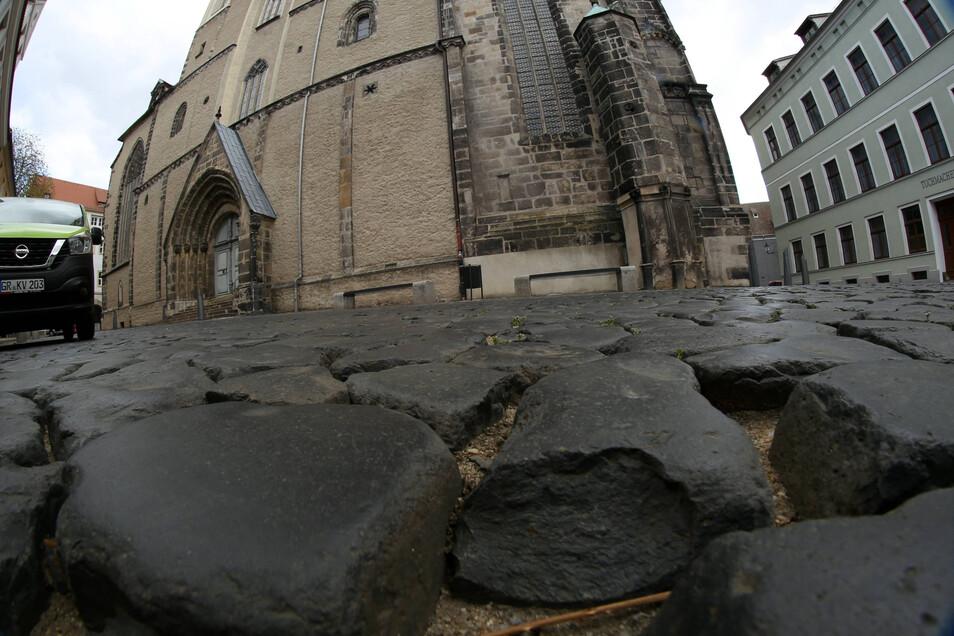 Bis zu sieben Zentimeter tief sind die Pflasterfugen an der Peterskirche. Ab Donnerstag sollen sie geschlossen werden.
