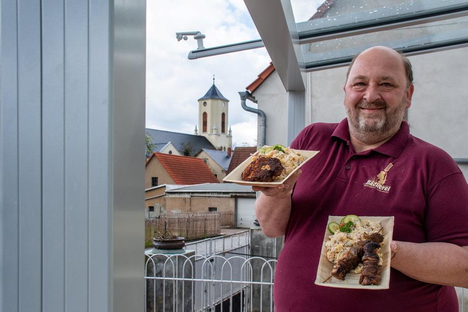 """Jörg Heinzmann von der Gaststätte Zur alten Bäckerei in Polditz hat jetzt davor einen Imbiss """"An der alten Bäckerei"""" eröffnet und die Terrasse neu gestaltet."""