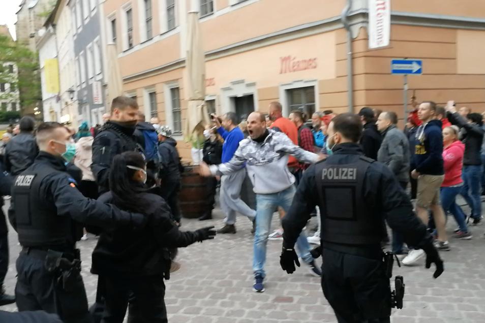 Immer wieder kam es in der Pirnaer Innenstadt am Mittwoch zu Eskalationen zwischen Polizei und Demonstrierenden.