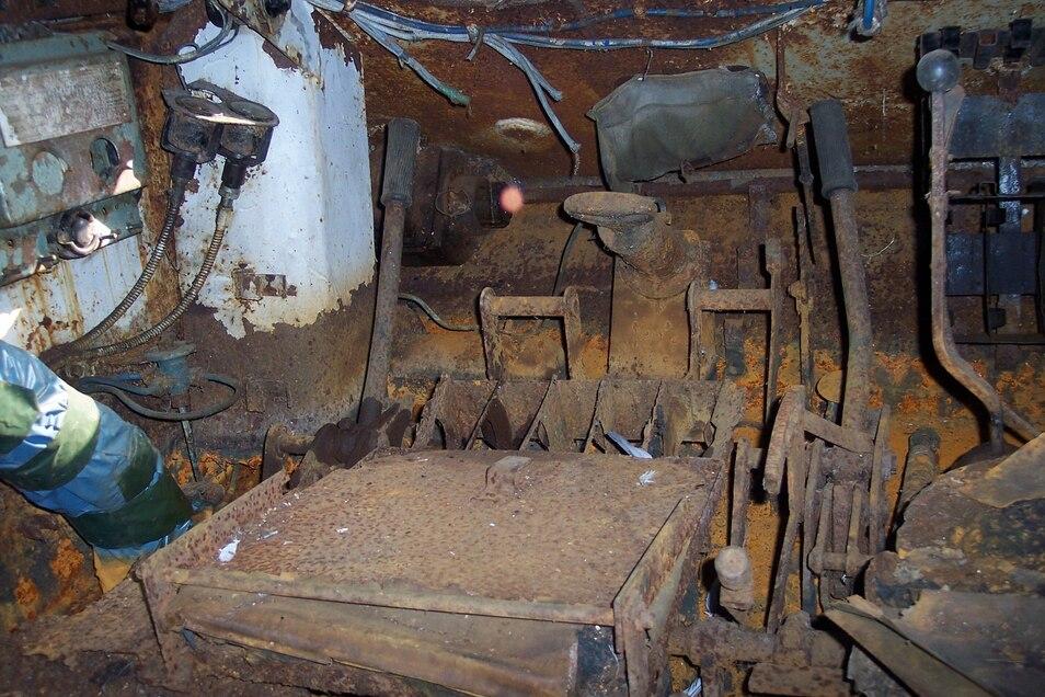 Der komplett verrostete Fahrerbereich des Panzers zeigt, dass mal viel Wasser ins Innere gelangt sein muss.