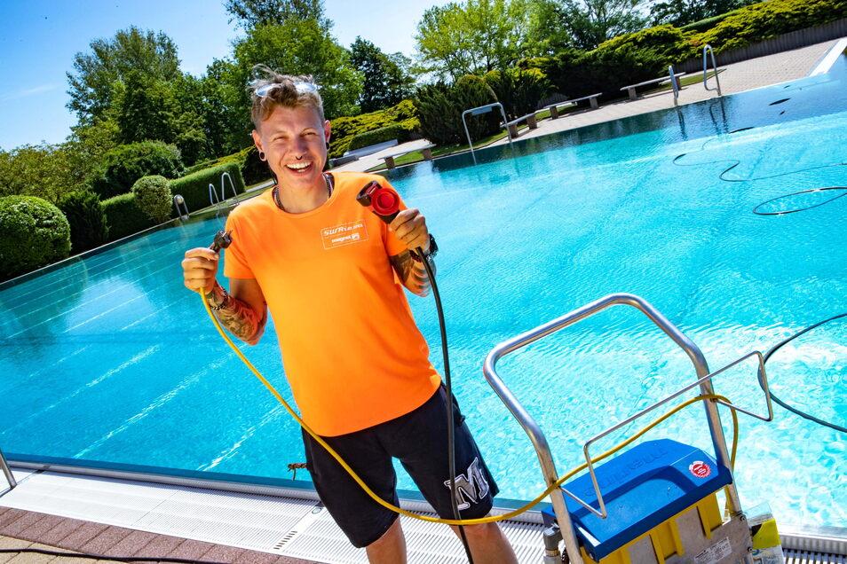 Unter Strom: Schwimmmeisterin Jasmin Rieger nimmt den Bodensauger fürs Sportbecken in Betrieb.
