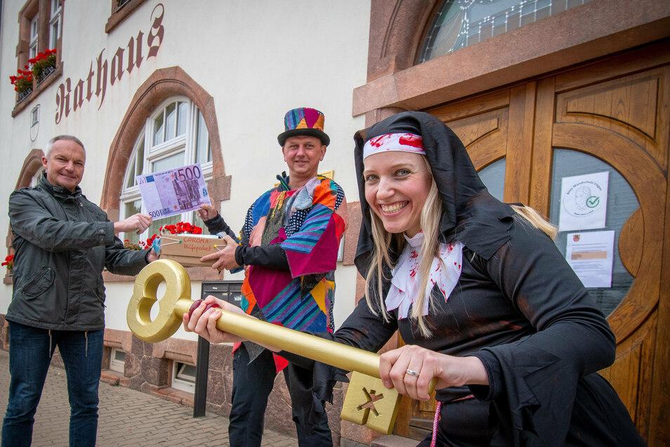 Als blutrünstige Nonne ist sie beim Karnevalauftakt des Schrebitzer Carneval-Clubs dabei.