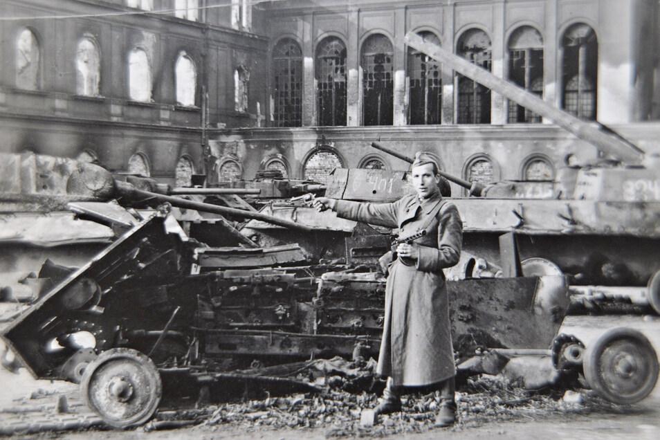 Im April 1945 stoßen polnische und russische Soldaten in die Lausitz vor. Das Foto zeigt Militärtechnik und einen russischen Soldaten vor dem Bautzener Bahnhof, aufgenommen vom Bautzener Fotografen Oskar Kaubisch im Mai 1945.