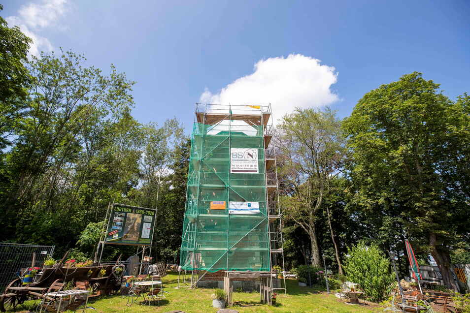 Verhüllt für die Sanierung, bekommen nun die ersten 30 Gäste einen besonderen Ausblick vom Lugturm.