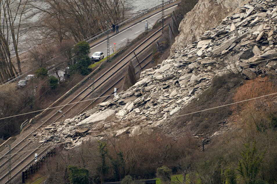 Blick auf die Stelle, an der ein Felssturz die Bahntrasse zwischen St. Goarshausen und Kestert verschüttet hat.