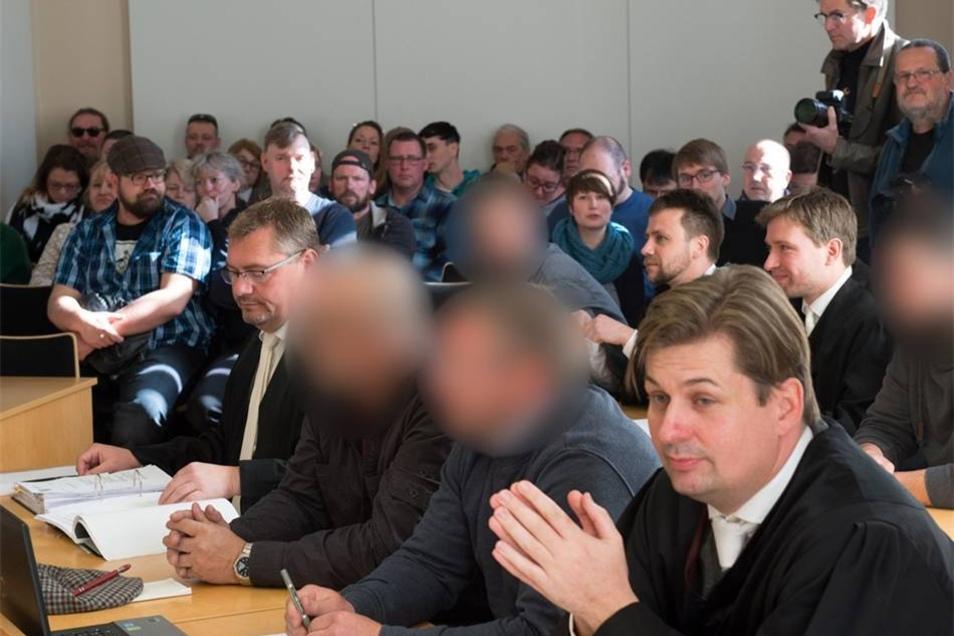 Die vier angeklagten Männer (erste Reihe 2. und 3. v.l. und zweite Reihe 1. und 4. v.l.) mit ihren Anwälten im Amtsgericht in Kamenz. Die Männer sind wegen Freiheitsberaubung angeklagt.
