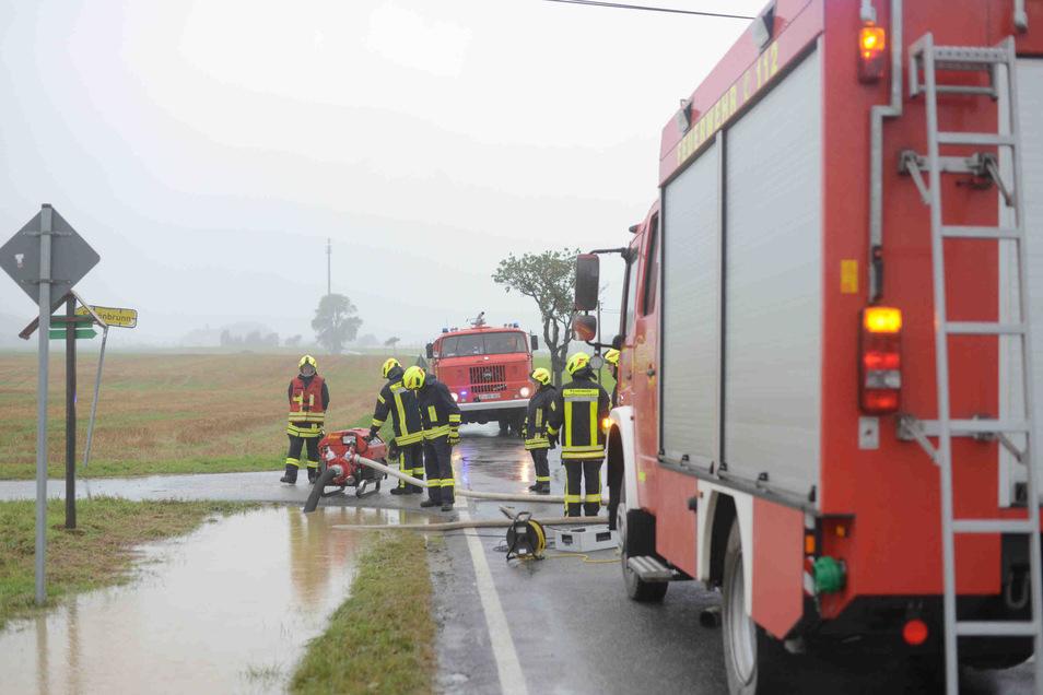 In Großhennersdorf muss die Feuerwehr zum Wasserabpumpen an die Hirschfelder Straße ausrücken.