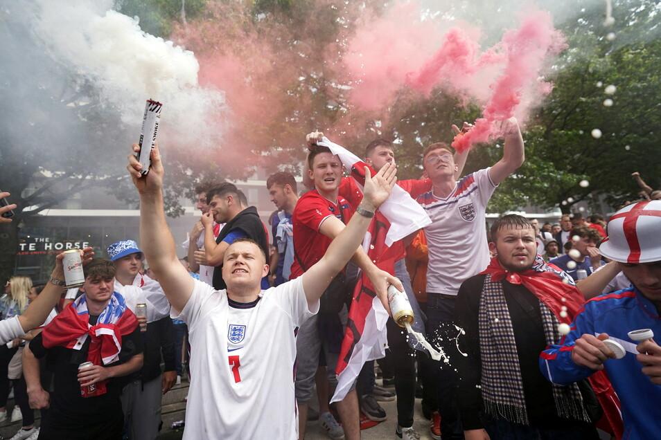 Fans von England feiern vor dem Halbfinale vor dem Stadion.