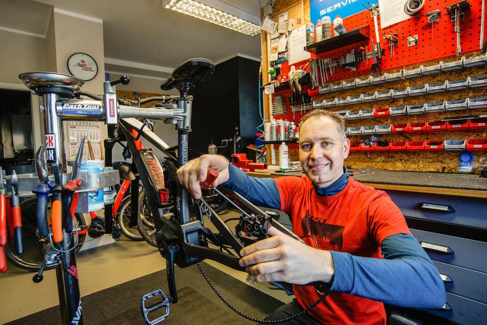 Der Fahrradspezialist Hit Bikes in Schirgiswalde schließt ab Donnerstag den Verkauf. Seine Werkstatt will Inhaber Tobias Hildebrand aber so lange wie möglich offen halten.