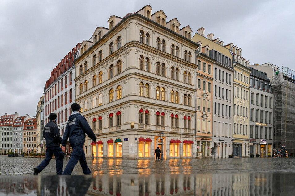 Zwei Mitarbeiter des Ordnungsamtes laufen durch Dresden.