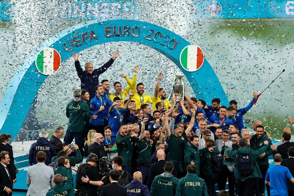 Italiens Spieler jubeln nach dem Finale mit dem begehrten Pokal.