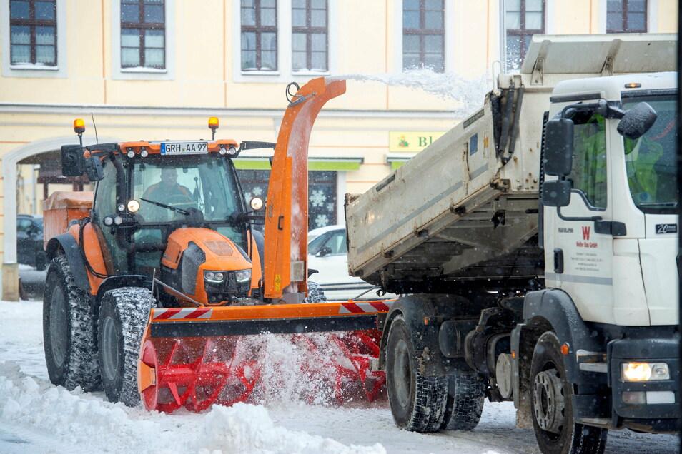 Seltener Großeinsatz: Die Mitarbeiter des Bauhofes Großenhain und der Weber Bau GmbH beräumten am Mittwochvormittag bei eisigen Temperaturen den Hauptmarkt vom Schnee.