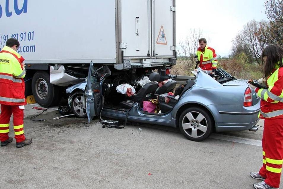 Zwischen Nossen und Wilsdruff war ein Skoda ungebremst unter einen vorausfahrenden Lastwagen gerast.