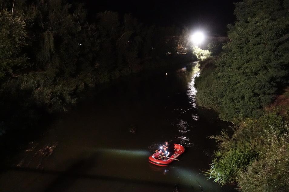Die Feuerwehr hat mit dem Schlauchboot die Mulde unterhalb der Brücke an den Klostergärten abgesucht. Hier war ein Mann im Fluss gesehen worden.