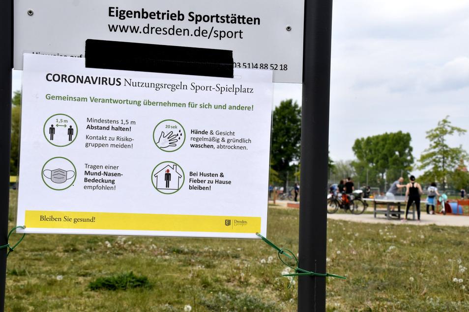 Wie an jedem Sport-und Spielplatz erklärt ein Aushang auch im Sportpark Ostra die Corona-Regeln. An die Empfehlung zum Mund-Nasen-Schutz hält sich dort allerdings niemand.