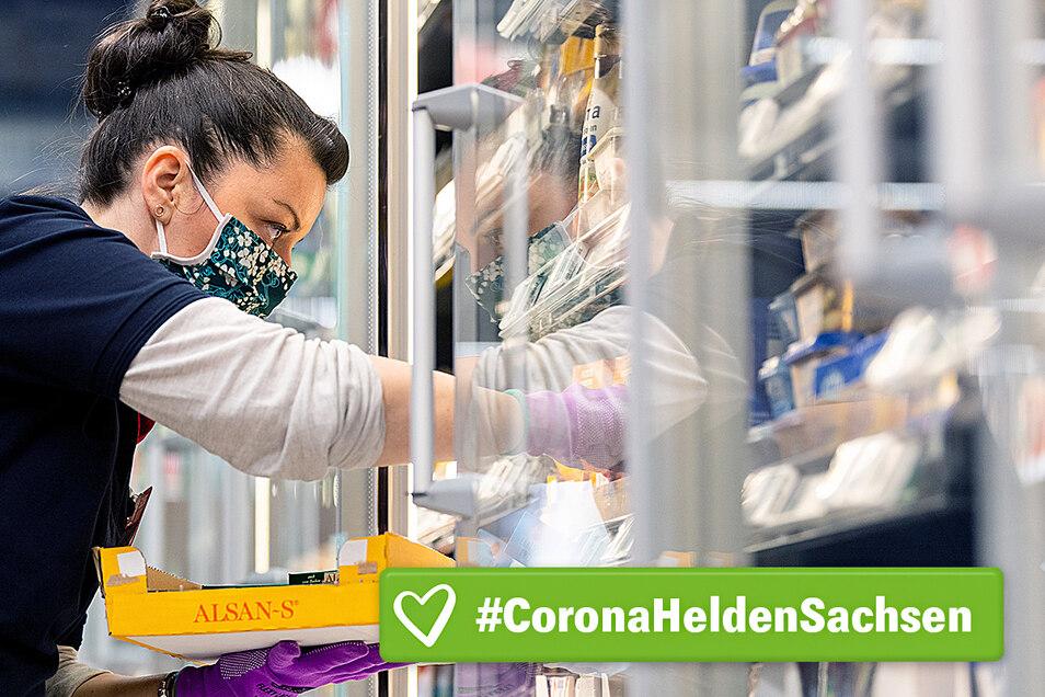 Helden in der Corona-Krise: Verkäuferinnen (hier ein Symbolfoto) kümmern sich darum, dass die Regale wieder aufgefüllt werden. Dabei erleben sie auch verrückte Situationen.