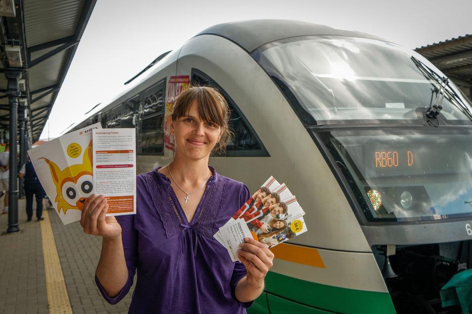 Zvon-Pressesprecherin Sandra Trebesius zeigt auf dem Bautzener Bahnhof Informationsmaterial über das Katzensprung-Ticket. Ab August erlaubt es auch Fahrten mit dem Dresdener Stadtverkehr.