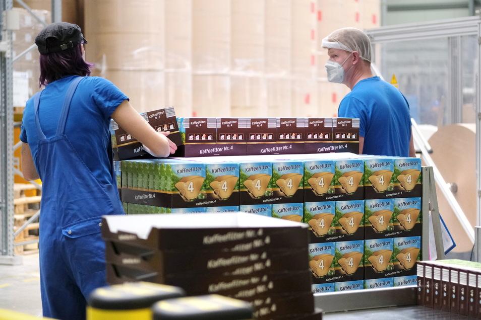 Palettenweise verlassen jeden Tag Kaffeefiltertüten die Produktionshallen von Konos in Nossen.
