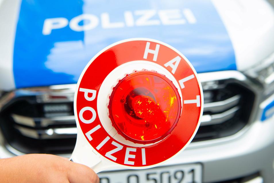 Die Polizei hat jetzt auf der A 4 bei Bautzen einen Lasterfahrer gestoppt, der auf unzulässige Weise Autos transportiere.
