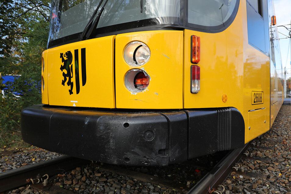 Die beschädigte Straßenbahn der Linie 8.