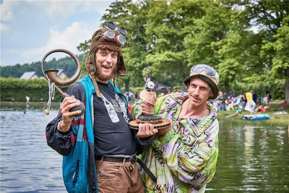 Comedy-Duo Günther und Hindrich mit dem Sieger-Pokal.