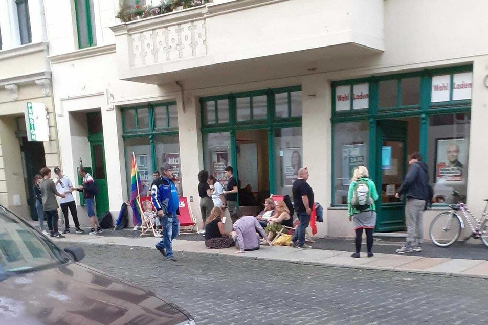 Die Linke ist nach den ersten Prognosen guter Stimmung vor dem Abgeordneten-Büro in Görlitz.