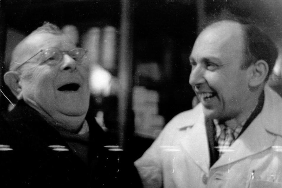 Immer zu einem Scherz aufgelegt: Oskar Rolle (links) in den 1950er Jahren im Gespräch mit Werner Heinze in der Heinze-Drogerie an der Löbauer Bahnhofstraße.