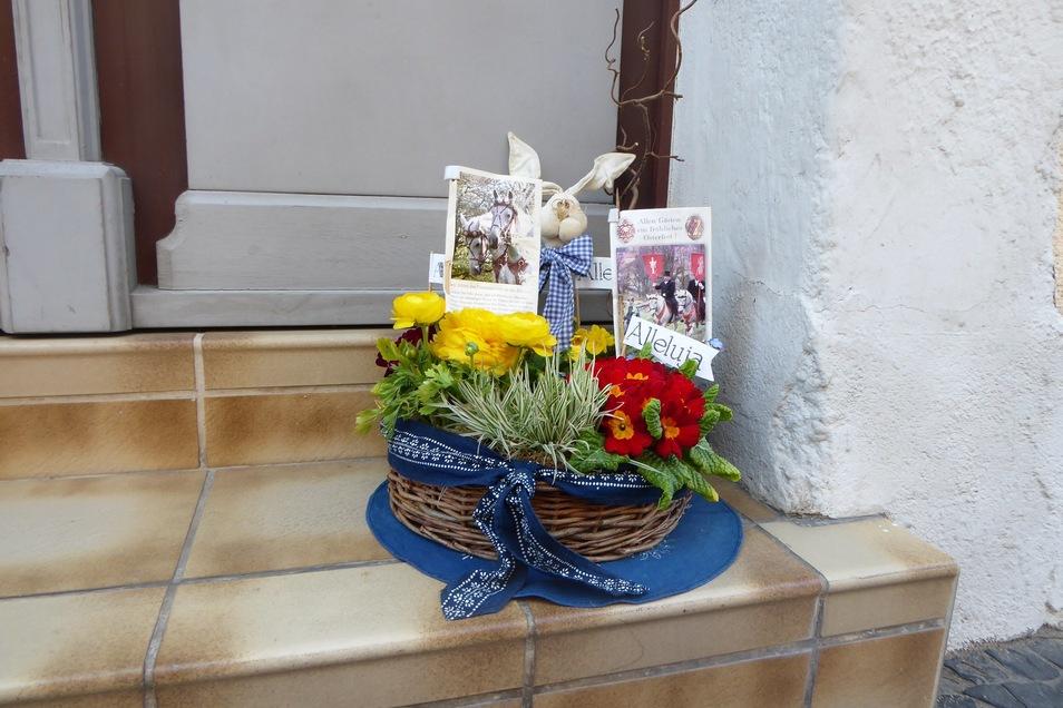 Auch ins Blumengesteck kann man die Liebe zur Tradition des Saatreitens einbinden.