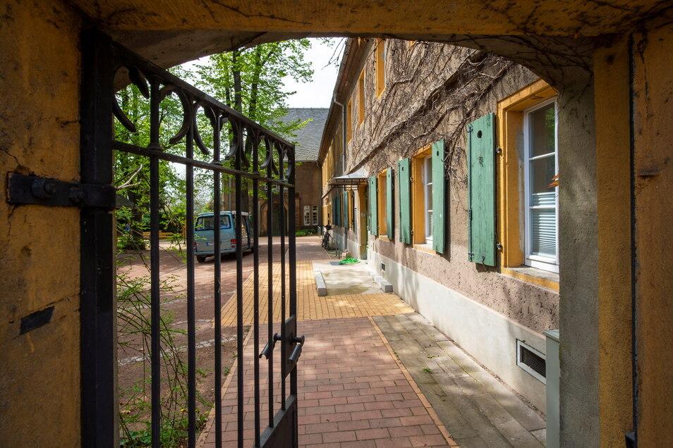 Vom Pfarrhof aus gelangt man über eine kleine Rampe barrierefrei ins Haus.