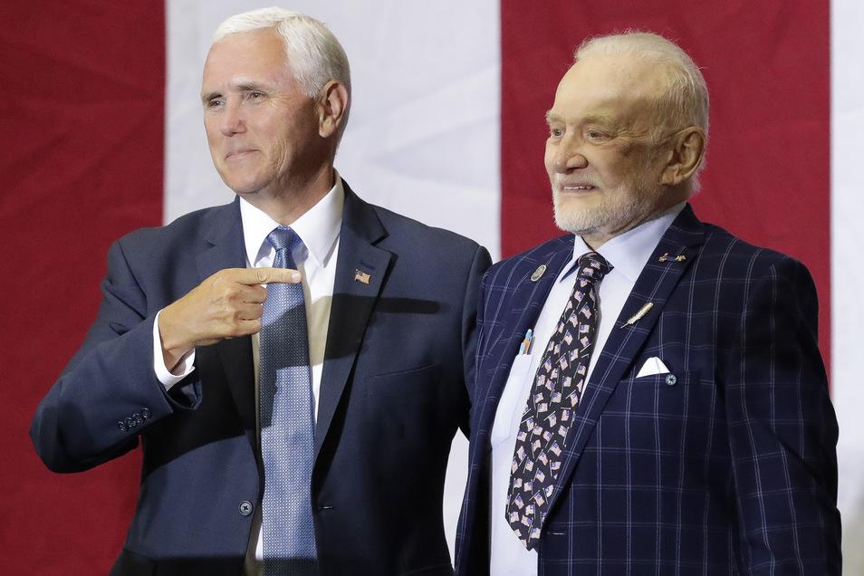 Am Samstag würdigte Vizepräsident Mike Pence (li.)im Kennedy Space Center in Florida den Erfolg der Apollo-11-Mission. An seiner Seite: Buzz Aldrin.