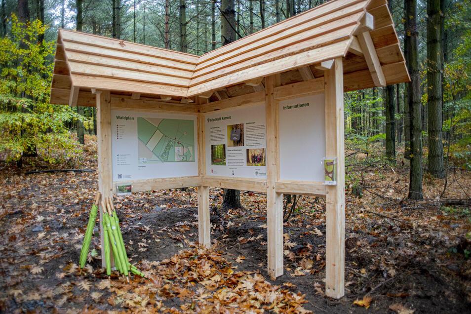 Auf Infotafeln wird das Friedwald-Konzept erläutert.