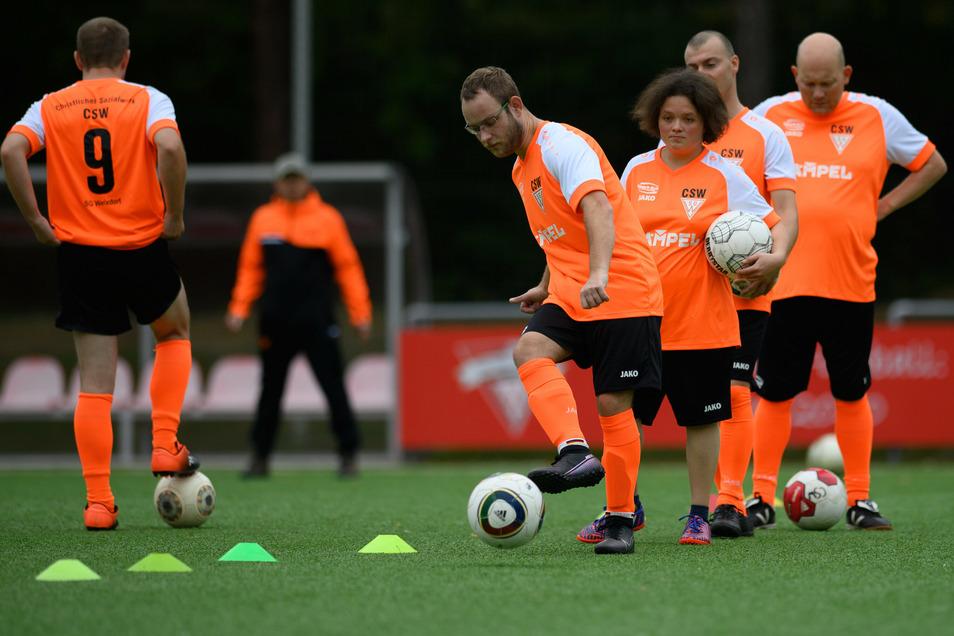 Jeden zweiten Freitag trainiert das Handicap-Team des Christlichen Sozialwerkes Dresden bei der SG Weixdorf.