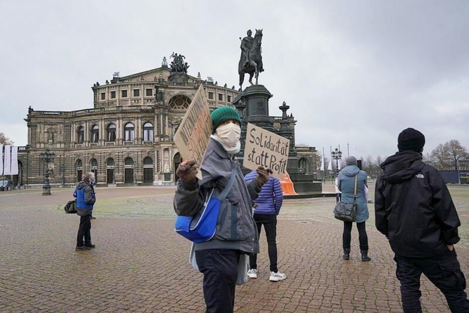 Anhänger des Seebrücke-Bündnisses haben am Sonntagnachmittag auf dem Dresdner Theaterplatz für die Aufnahme weiterer Flüchtlinge demonstriert.