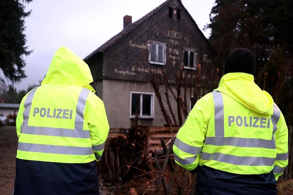 Auch Polizisten sehen solche Hakenkreuz-Pinseleien wohl eher selten. Foto: Tino Plunert