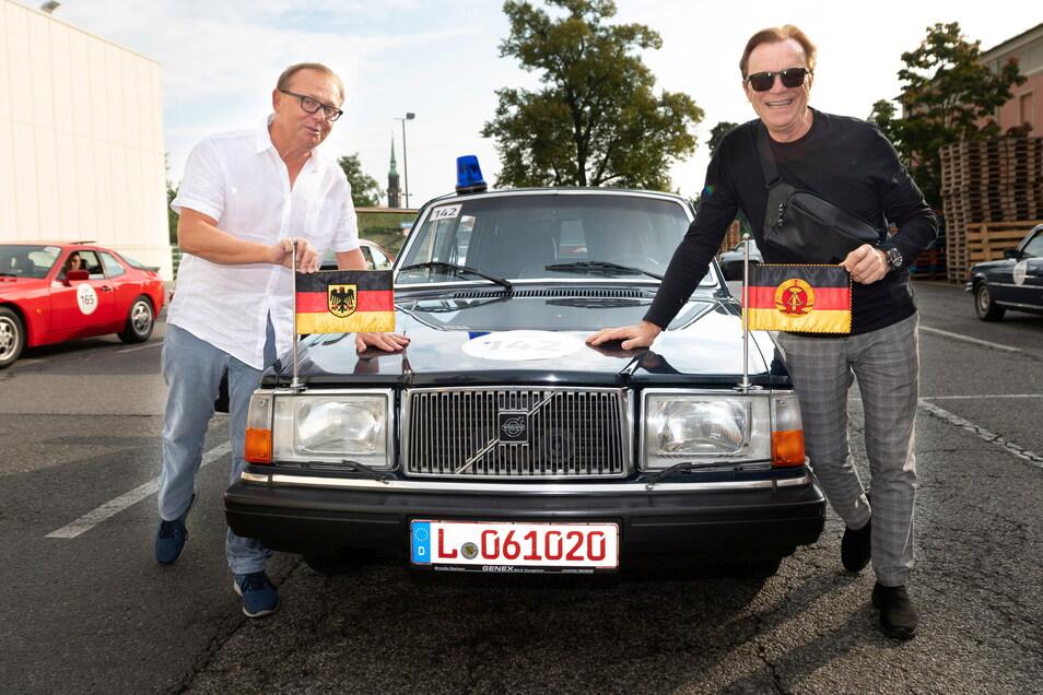 Wolfgang Lippert (r.) und sein Beifahrer, der Immobilienunternehmer Oliver Kreider, neben der Volvo Limousine, die wohl zur Automobilflotte von Erich Honecker gehörte.