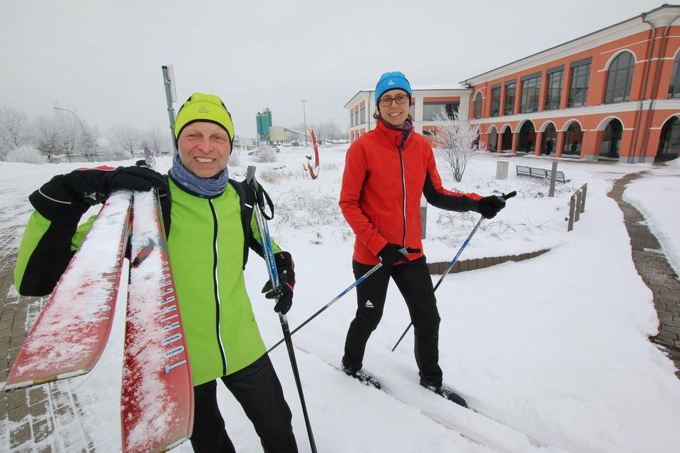 Dorit und Jens Voigtländer fahren bei winterlichen Bedingungen gern mit den Skiern auf Arbeit. Der Weg übers Feld ist sogar etwas kürzer als der auf der Straße.