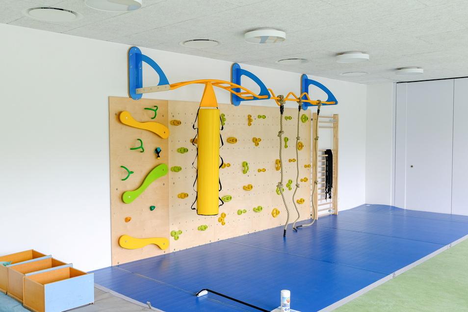 Im Bewegungsraum können die Hortkinder klettern, boxen oder sich an Seilen hochziehen.