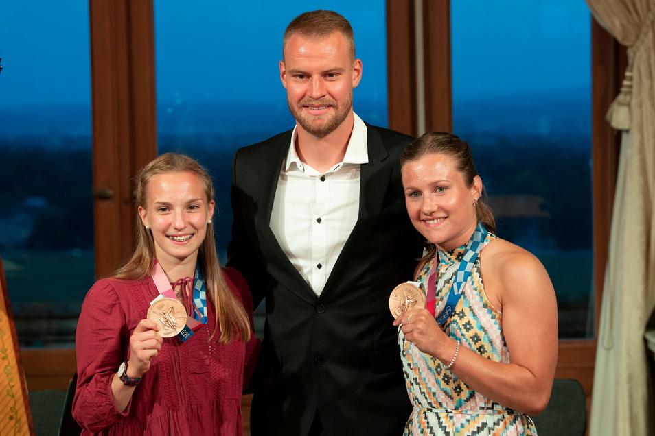 Der Dynamo-Kapitän Sebastian Mai mit den Wasserspringerinnen Tina Punzel (r.) und Lena Hentschel, die in Tokio Bronze im Synchronspringen vom Drei-Meter-Brett gewonnen hatten.