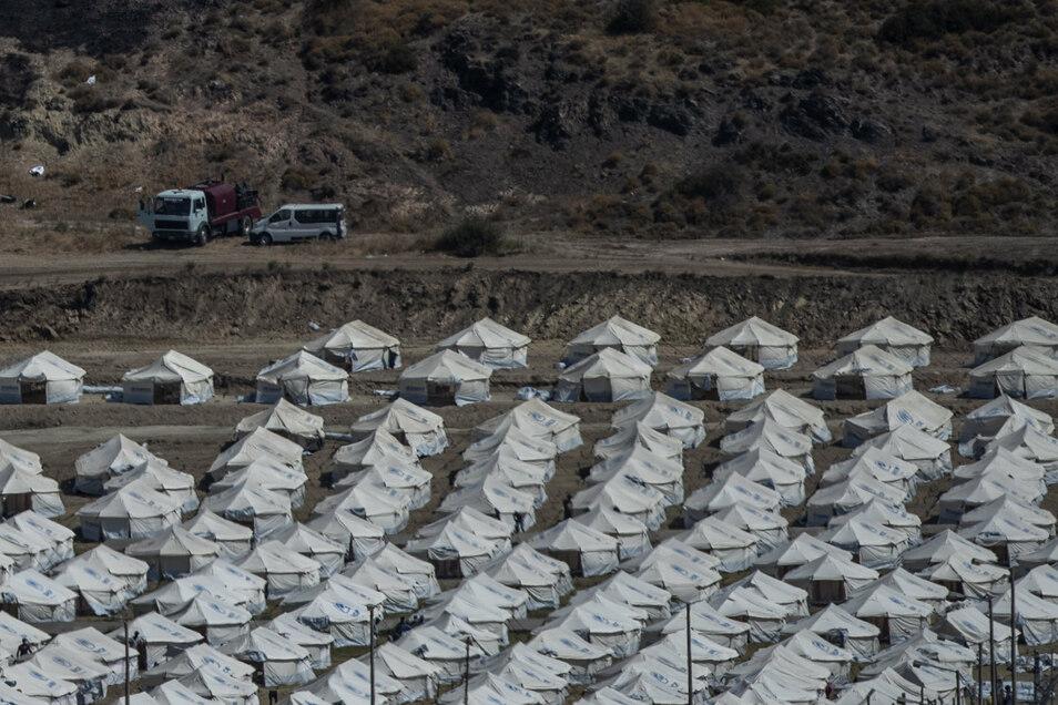 Nach dem Großbrand im Flüchtlingslager Moria auf Lesbos bleibt die Lage auch nach Öffnung erster Ersatz-Unterkünfte angespannt.