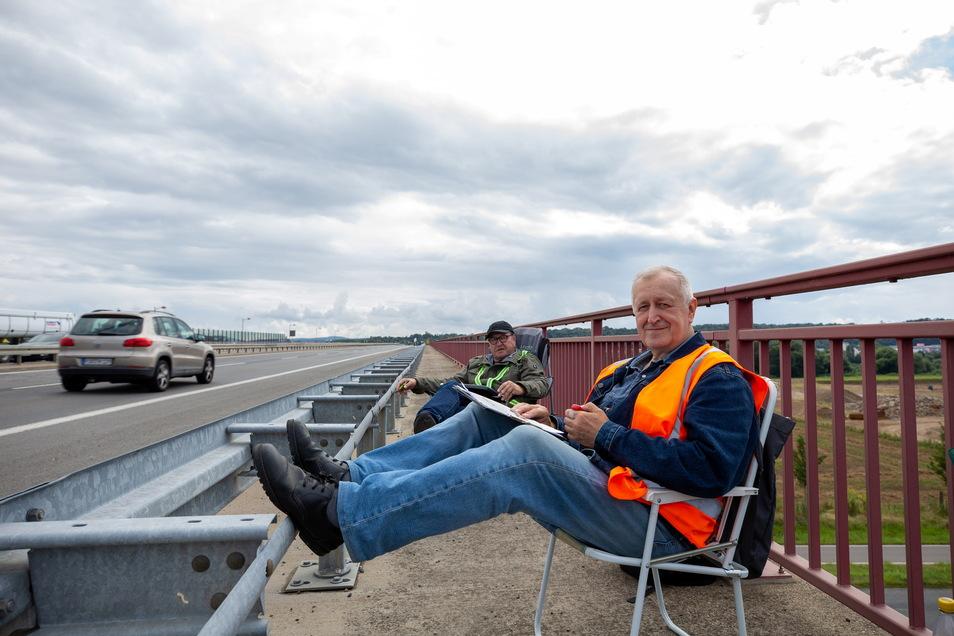 Am Drücker: Ralf Grahl (vorn) und Olaf Sietschka sind zwei der bis zu 600 pro Tag im Freistaat eingesetzten Verkehrszähler. Hier ist ihr Arbeitsort die Sachsenbrücke in Pirna.