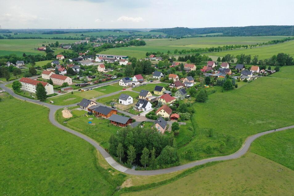 Ein Blick auf das Wohngebiet am Pfarrbusch im Klingenberger Ortsteil Colmnitz. Dieses soll jetzt um 14 Bauplätze nach Osten erweitert werden. Im Foto ist das die Fläche rechts.