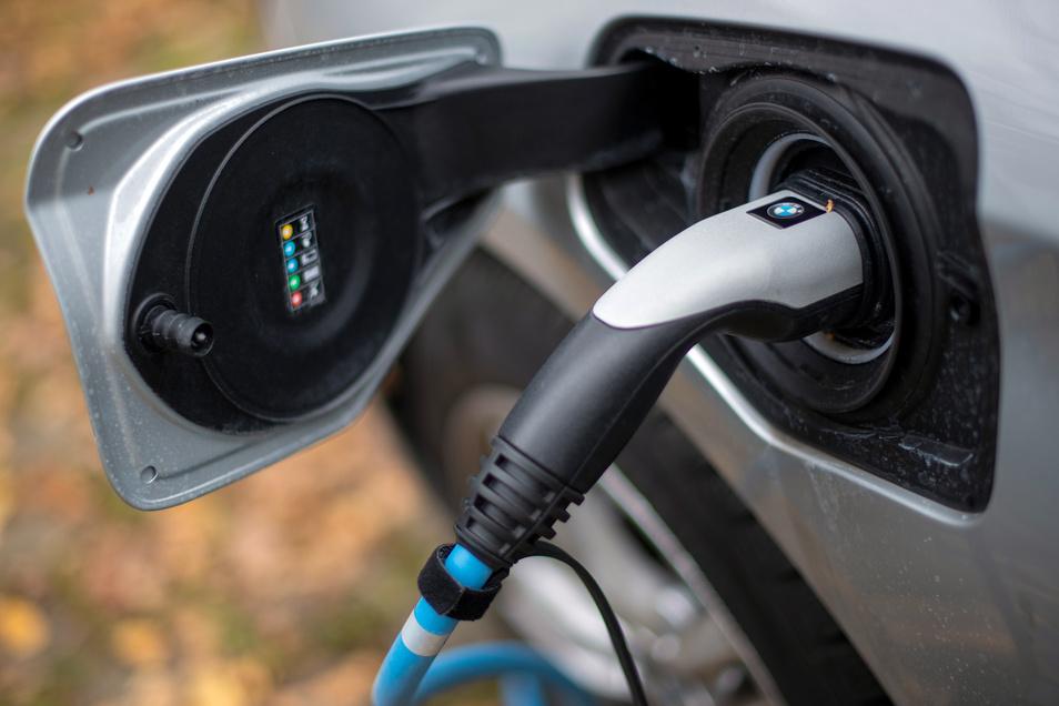 Mit einer höheren Prämie will die Bundesregierung den Kauf von E-Autos ankurbeln.