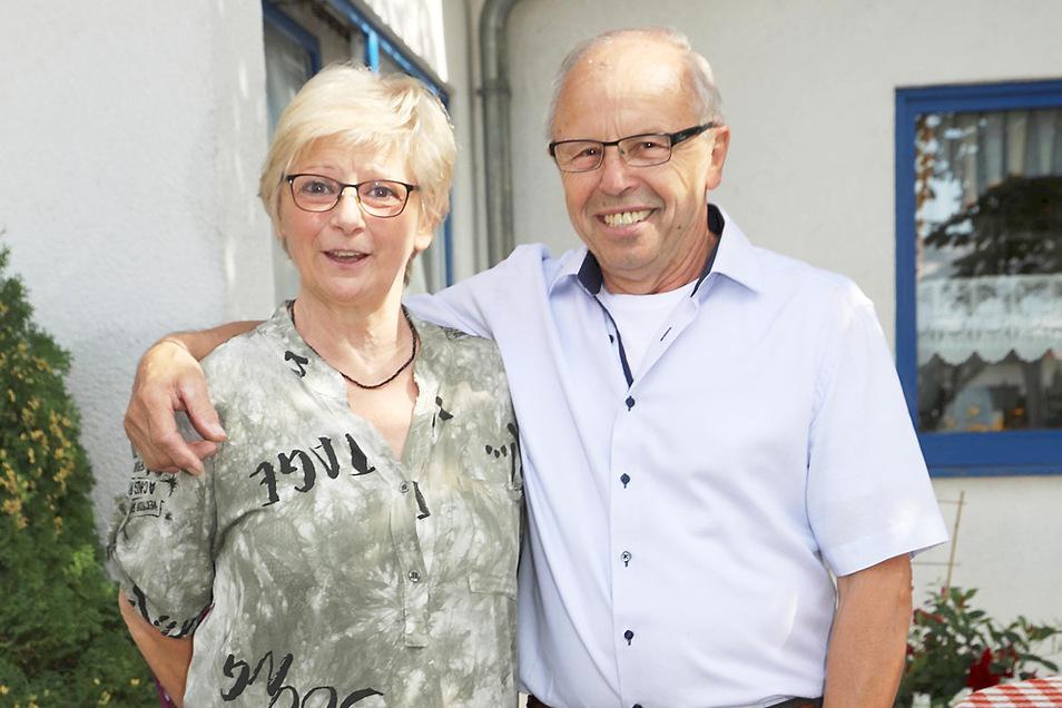 Alfons Kubaink und seine Uschi bei der 70.-Geburtstag-Feier von Alfons, natürlich auf dem Sportplatz der DJK Blau-Weiß Wittichenau an der Sportlergaststätte, die Alfons seit dem ersten Tage dieses Hauses anno 1999 betreibt.