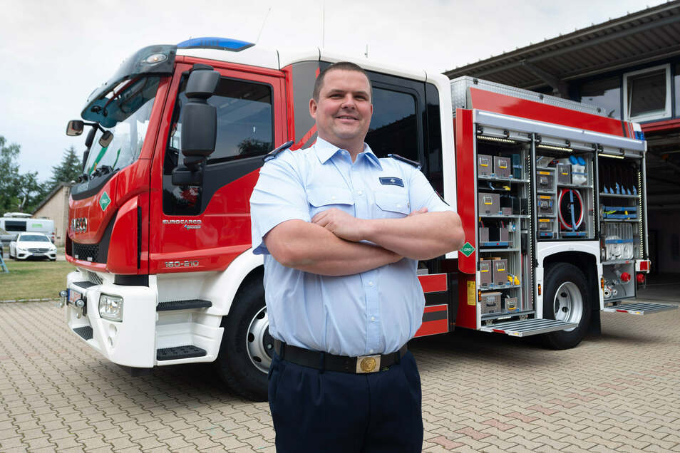 Frank Höhme, Chef der Radeberger Feuerwehr, vor dem neuen Löschwagen HLF 10. Er wird mit Erdgas angetrieben. Die Stadt würde gern solch einen Wagen anschaffen.